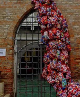 """Vývoj využití odpadu jako média pro výtvarné umění je zachycen v kontextu dobově vlivného filozofického myšlení, společným jmenovatelem je pojem časovosti a tři principy: kompozice, dekompozice a """"event""""."""