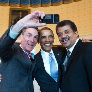 """Slovo """"selfie"""" se stalo nejen memem roku, ale podle editorů slovníku Oxford English Dictionary i novotvarem roku 2013. Pro mnoho lidí zároveň znamená nejotravnější a nejvlezlejší typ fotografického záznamu všech dob a pro ještě větší skupinu lidí zase """"nejzásadnější"""" sdělení o jejich existenci."""