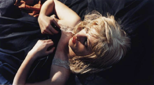 Fotografie Cindy Shermanové, americké umělkyně a fotografky, se do povědomí světa umění začaly dostávat v polovině 70. let 20. století. Záhy si její tvorba získává pozornost teoretiků a filosofů umění, kteří se její tvorbu snaží interpretovat.  Její dílo je nahlíženo z různých perspektiv, vyhovuje mnoha filosofickým koncepcím, až se zdá, že se dozvídáme více o teoretických pozicích, které ten který autor zastává než o fotografiích samotných.