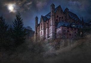 Podoby strašidelných hradů v hororových filmech nejsou utvářeny pouze bujarou představivostí produkčních designérů, ale odráží též tendence, které provází gotický horor již přes dvě staletí. Autor na příkladech strašidelných hradů zkoumá vztah žánru gotického hororu a gotické architektury.