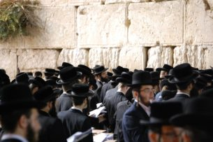 Zobrazení Židů v české vizuální kultuře je částečně spojené s vizuálními stereotypy a projevy antisemitismu. Autorka předkládá obsáhlý exkurz do figurální ikonografie židovstva v českých zemích od konce 18. do 20. století.